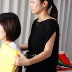 ファッションスクール生によるパーソナルカラー診断実習