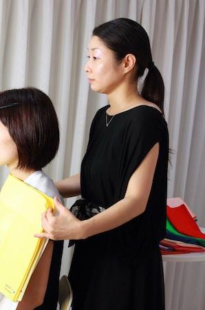 ファッションスクール生によるカラー診断実習