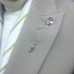 スーツの衿を飾る意外なモノ